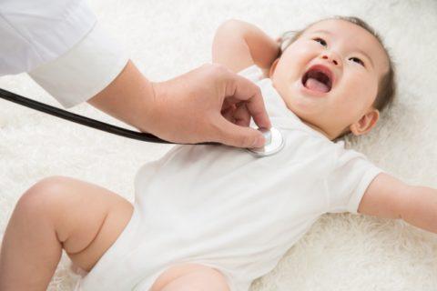 聴診器で体調を見られる赤ちゃん