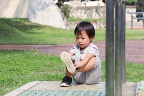 靴を履く男の子