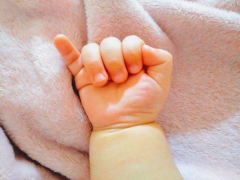 小指を立てる赤ちゃんの指