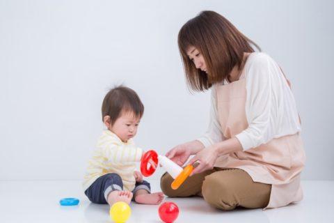 赤ちゃんとゆったり遊ぶ保育士
