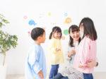 保育士が子供達と遊ぶ