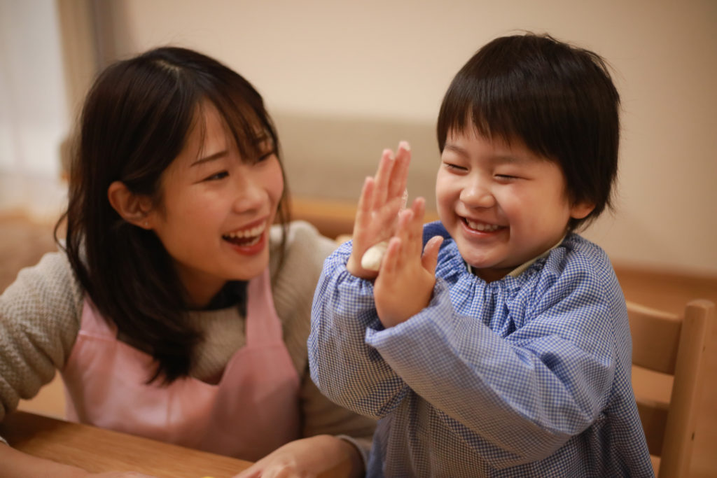 笑顔の子供と保育士