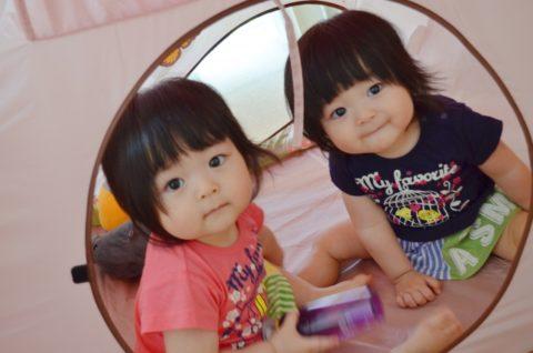 のぞき込む双子の赤ちゃん