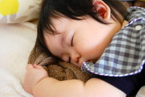 うつぶせ寝する赤ちゃん