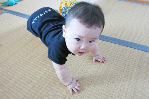 立とうとする赤ちゃん