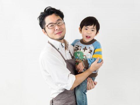 子供を抱く男性保育士