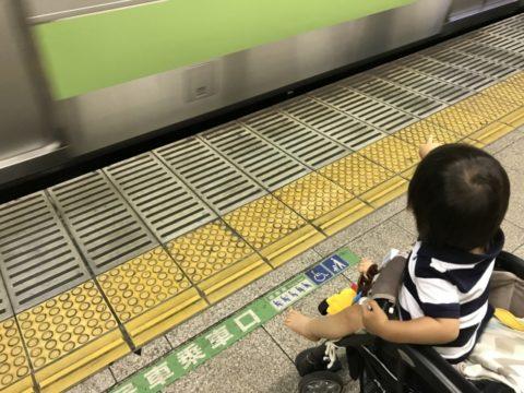 駅にいる赤ちゃん