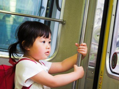 電車に乗る女の子