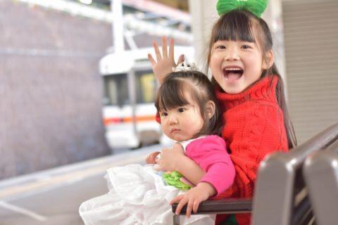 駅で電車を待つ赤ちゃんとお姉ちゃん