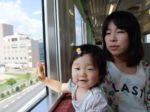 赤ちゃんと電車にのるママ