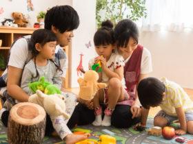 子供達と遊ぶ笑顔の保育士