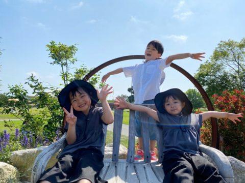 笑顔で遊ぶ3人の子供達