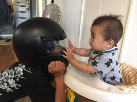 歩行器に乗る赤ちゃんと遊ぶお兄ちゃん