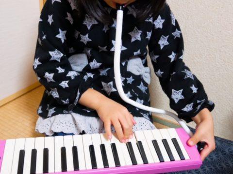 鍵盤ハーモニカを弾く女の子