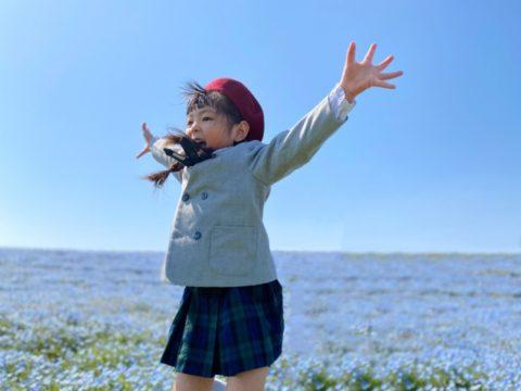 制服でジャンプする幼稚園の女の子