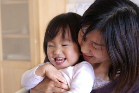 抱っこをされる赤ちゃん