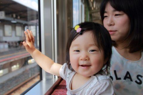 電車に乗る赤ちゃん