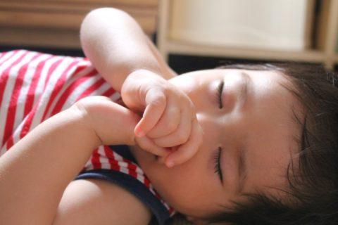 指吸をして寝る赤ちゃん