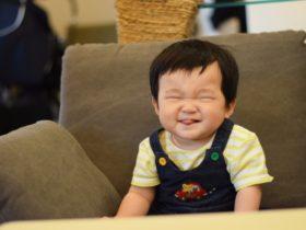 赤ちゃんが舌を出すのは障害?ダウン症なの?【原因と対処法を解説】