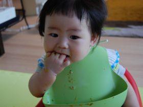 赤ちゃんの食べこぼしの対策5選【食事の片づけをラクにする方法】