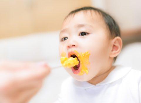 赤ちゃんの食べこぼしの原因とは?子供の成長で必要な過程