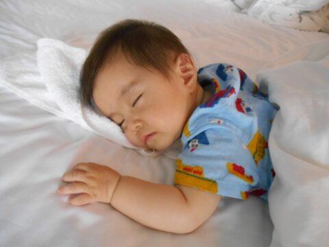 保育園のお昼寝で寝ない子へのダメな対処法【泣く・怒る】